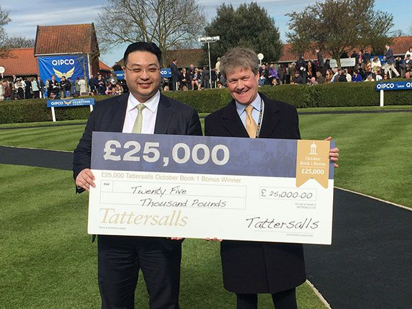 Dr Johnny Hon accepts his £25,000 Winning Cheque